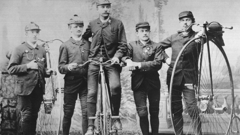 Ende des 19. Jahrhunderts war Radfahren zunächst ein Zeitvertreib für die vermögende Oberschicht. Ein Hochrad kostete damals noch das Jahresgehalt eines einfachen Arbeiters. Unter anderem Carl Marschütz (links), der Gründer der späteren Hercules-Werke in Nürnberg, sorgte jedoch dafür, dass das Fahrrad bald auch für einfache Leute erschwinglich wurde.