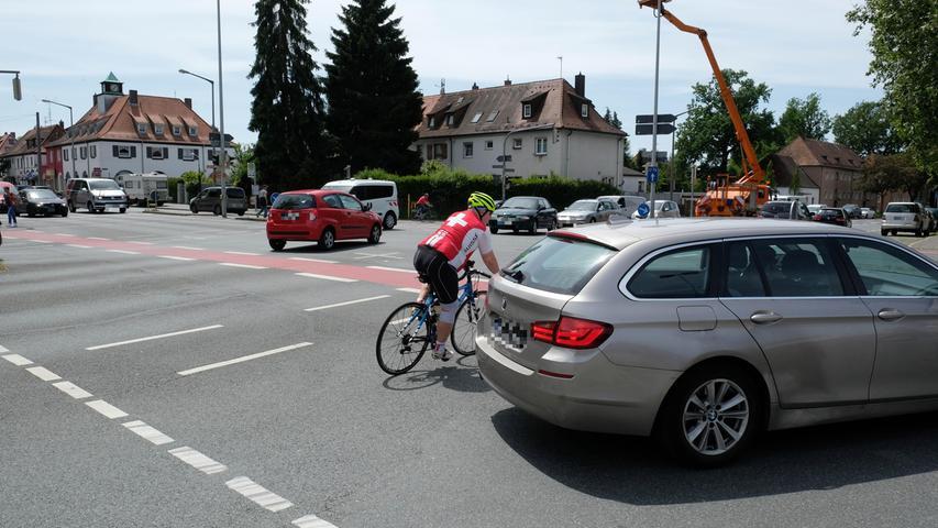 Seit fast 15 Jahren sind die Radwege im Kreuzungsbereich zur Marienbergstraße und zum Bierweg rot eingefärbt. Auslöser war damals ein tödlicher Fahrradunfall. Trotzdem haben Radler dort weiter ein gewisses Muffensausen, wenn Autos neben ihnen abbiegen — eine rote Aufstellfläche vor der Ampel, wie es sie zum Beispiel in der Pilotystraße vor der Pirckheimerstraße gibt, wurde aber nicht angelegt. So lautet der Appell an