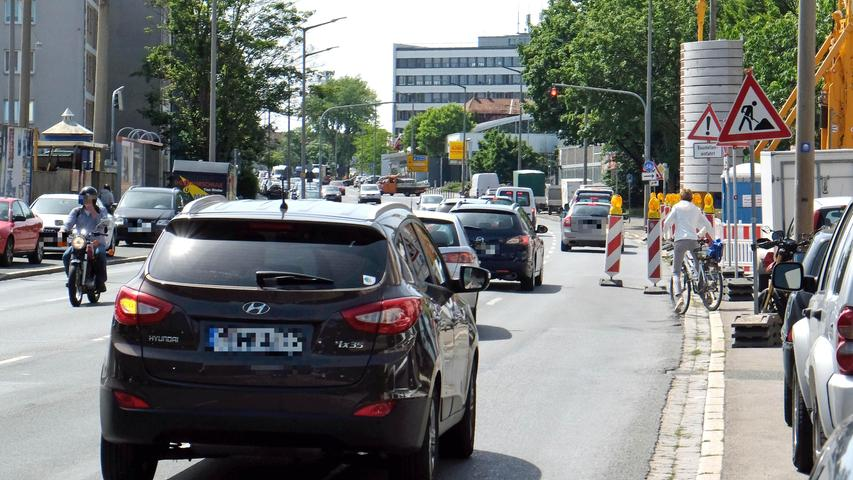 Im Bereich vor der Holzwiesenstraße sorgt auf der südlichen Ringstraße eine Baustelle für eine Engstelle und die Unterbrechung des Radwegs. Mehrere Baustellenschilder wurden am Rand aufgestellt — dazu gehört auch der Hinweis an die Autofahrer