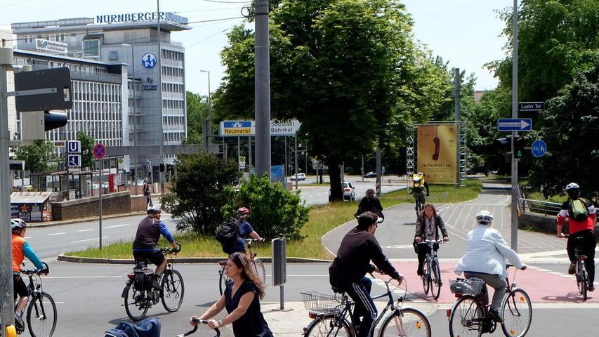 Die stetige Zunahme des Radverkehrs ist auf dem Altstadtring-Radweg unübersehbar. Gerade am Rathenauplatz treffen vielfrequentierte Routen in Richtung Hauptbahnhof, Sebalder Altstadt, Universität und Nordstadt aufeinander. Nachdem es dort immer wieder gefährlich eng wurde, hat die Stadt im Sommer 2015 die Radwege verbreitert und im Straßenbereich rot markiert.
