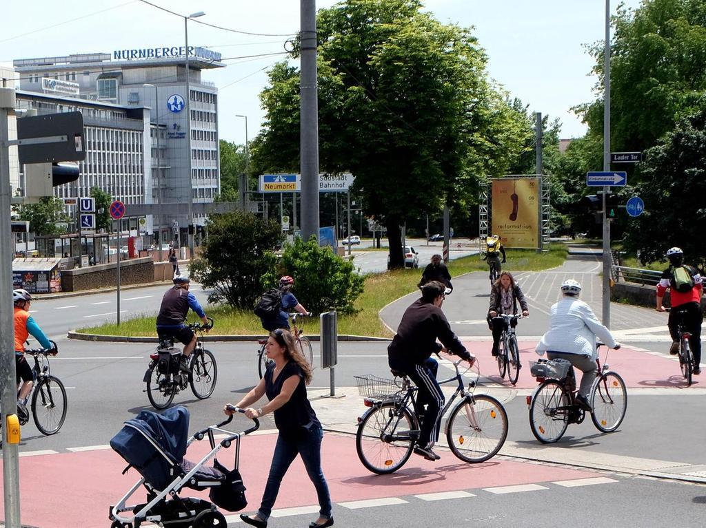 RATHENAUPLATZ: Die stetige Zunahme des Radverkehrs ist auf dem Altstadtring-Radweg unübersehbar. Gerade am Rathenauplatz treffen vielfrequentierte Routen in Richtung Hauptbahnhof, Sebalder Altstadt, Universität und Nordstadt aufeinander. Nachdem es dort immer wieder gefährlich eng wurde, hat die Stadt im Sommer 2015 die Radwege verbreitert und im Straßenbereich rot markiert. Planmäßig soll in diesem Sommer die gefährliche Radweglücke vom Rathenauplatz zum Stadtpark entlang der Bayreuther Straße beseitigt werden.