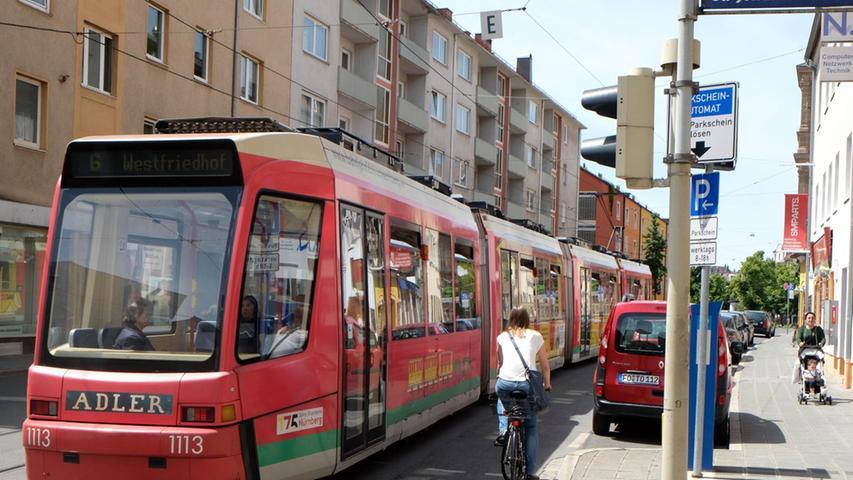 Die Straßenbahngleise in Höhe der St.-Johannis-Mühlgasse, wo es abwärts zur Hallerwiese geht, sind eine gefährliche Radlerfalle. Wer sie nicht möglichst im rechten Winkel kreuzt, kann schnell einfädeln und aufs Pflaster knallen. Der Kirchenweg war auch einmal so ein gefährliches Pflaster. Da dort nur noch Busse fahren, hat die Stadt die Schienen schon vor Jahren verfüllt — und die Unfallgefahr gebannt.