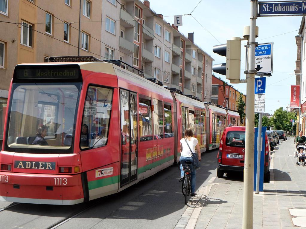 JOHANNISSTRASSE: Die Straßenbahngleise in Höhe der St.-Johannis-Mühlgasse, wo es abwärts zur Hallerwiese geht, sind eine gefährliche Radlerfalle. Wer sie nicht möglichst im rechten Winkel kreuzt, kann schnell einfädeln und aufs Pflaster knallen. Der Kirchenweg war auch einmal so ein gefährliches Pflaster. Da dort nur noch Busse fahren, hat die Stadt die Schienen schon vor Jahren verfüllt — und die Unfallgefahr gebannt.
