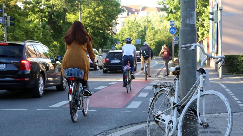 Das weiße Fahrrad, das an dem Ampelmast an der Kreuzung vor der Blumenstraße festgemacht ist, erinnert an den tödlichen Fahrradunfall Ende Oktober 2014. Es ist das erste
