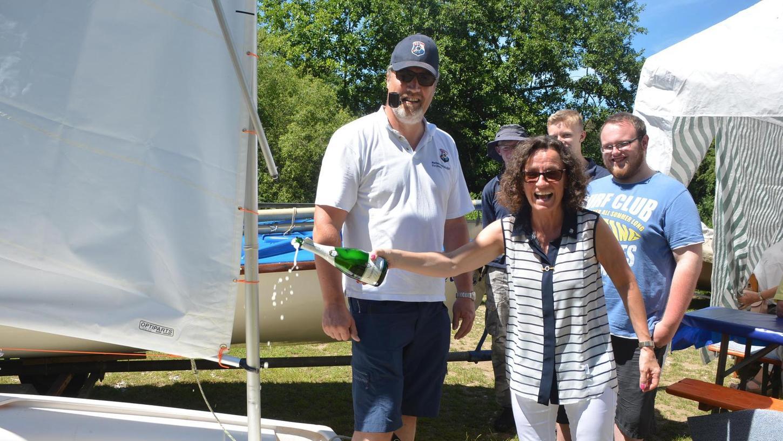 """Jugendleiter Peter Schulte gemeinsam mit Johanna Stumpf und Mitgliedern der Jugendgruppe bei der Taufe der Boote """"Rammus"""" und """"Nani""""."""