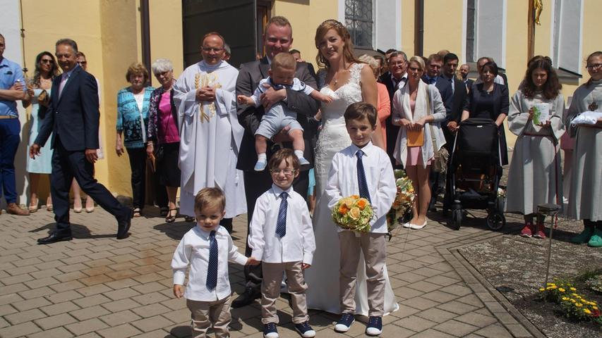Vor Gott, ihren Familien und Freunden haben sich Carina Brandl und Hartmut Brandl, geborener Krug, in der St.-Peter-und-Paul-Kirche in Pilsach das Eheversprechen gegeben. Musikalisch gestaltet hat den von Dekan Elmar Spöttle gefeierten Gottesdienst das Duo