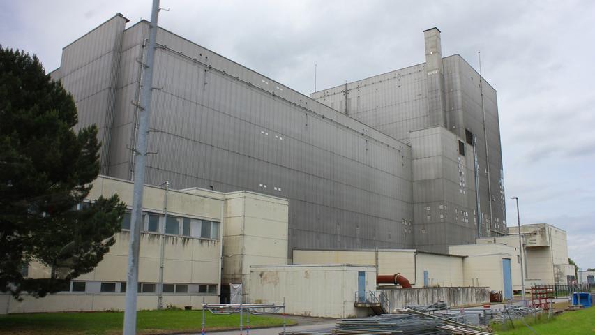 Von außen sieht das Kernkraftwerk in Würgassen im Weserbergland noch aus wie zu Betriebszeiten. Doch bereits seit 1994 wird hier kein Strom mehr produziert. Das Gebäude wurde seither komplett ausgehöhlt, alle verstrahlten Bauteile wurden entfernt. Seit August 2014 ist der nukleare Rückbau abgeschlossen.