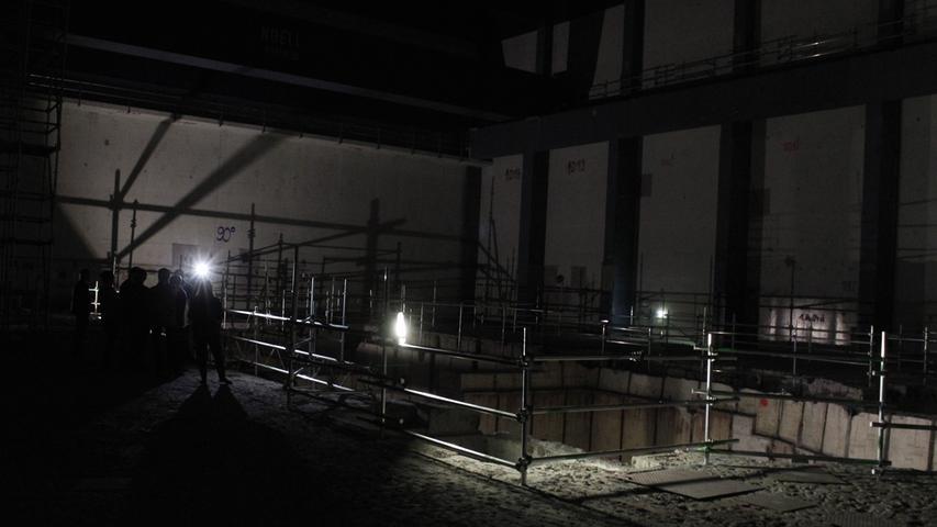 Reichlich unheimlich ist es, durch den Beton-Sarkophag des Kraftwerks zu laufen. Überall lauern Stolperfallen in Form tiefer Löcher im Boden.