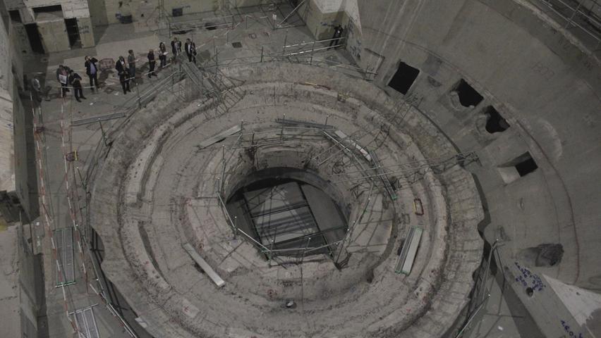 Winzig klein fühlt man sich im ehemaligen Reaktorgebäude. Wo früher das Reaktordruckgefäß saß, ist heute eine Ruinenlandschaft.