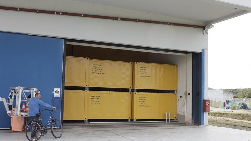 Die Brennelemente gingen gleich nach der Stilllegung des Kraftwerks zur Wiederaufbereitung und sind nicht mehr auf dem Gelände. Die anderen verstrahlten Materialien befinden sich aber noch in gelben Containern und Fässern in zwei Zwischenlagern auf dem Gelände in Würgassen. Ab 2022 könnten sie ins Endlager im Schacht Konrad transportiert werden. Wahrscheinlicher ist aber, dass sich die Fertigstellung des Endlagers weiter verzögert.