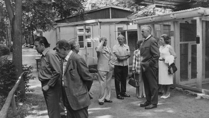 Schon von Weitem wurden in den 1960er und 70er Jahren die Besucher des Vogelparks am Buchauer Berg durch lautes Gezwitscher begrüßt. Zweieinhalb Jahre lang hatten die Mitglieder des Vogelschutz- und Vogelliebhabervereins in Pegnitz die Eröffnung 1967 vorbereitet. In den folgenden Monaten und Jahren wurde der Park zum Mekka für Vogelfreunde. Von Frühling bis Spätherbst pilgerten Besucher dorthin, um sich die vielen exotischen Vögel anzusehen. Vorsitzender Ernst Löhr und die 53 Mitglieder des Vereins verbrachten viele Stunden damit, ihr kleines Paradies in Ordnung zu halten, die Tiere zu füttern und die Käfige zu reinigen. Wegen Differenzen traten einige Mitglieder im Jahr 1970 aus und nahmen ihre gefiederten Freunde mit. Dadurch entstanden zwar große Lücken, doch gelang es den verbliebenen Vogelfreunden, die fünf Volieren wieder mit Leben zu erfüllen. Unter anderem gab es Fasane, exotische Vögel, Schildkröten, Goldhamster, Hasen und zwei Affen zu bestaunen. In einem großen Ausstellungsraum war ein kleines Heimatmuseum eingerichtet. Später kam noch eine Kantine hinzu, dessen Erlös dem Verein half, seine Ausgaben zu decken. Auch ein Kinderspielplatz wurde errichtet. Probleme bereitete vor allem die Überwinterung der Tiere, die Löhr schließlich in seinem Privathaus am Buchauer Berg ermöglichte. Wegen Überalterung konnte der Verein den Park nicht mehr pflegen, er löste sich 2004 auf.