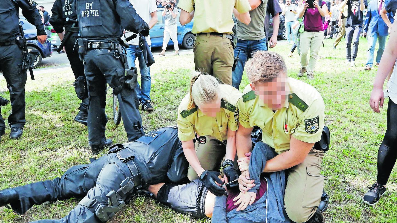 Bilder wie dieses von der Eskalation an einer Nürnberger Berufsschule haben viele verstört. Polizeibeamte waren gegen Schüler vorgegangen, die die Festnahme und Abschiebung eines jungen Afghanen verhindern wollten.