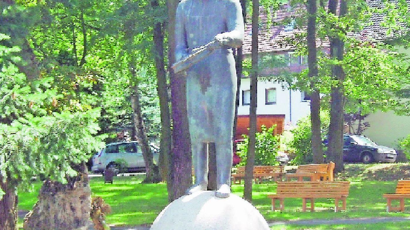 Das Geigenmannl in Bubenreuth ist eine Kopie des Schönbacher Geigenmannls, gefertigt von Helmut Lederer.