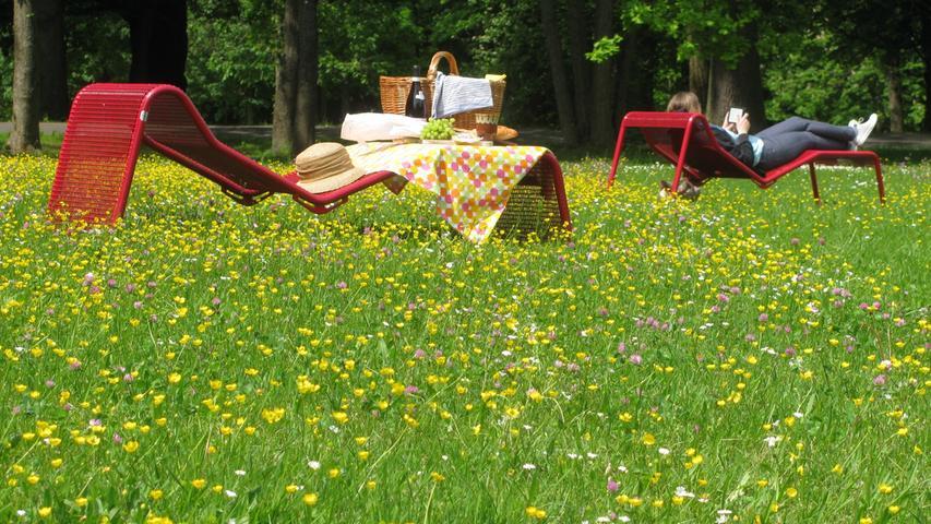 Alte Eichen und Sommerwiesen, so weit das Auge reicht. Die Grünanlage Platnersberg ist nie so überlaufen wie die anderen Parks und trotzdem idyllisch. Rückenfreundliche Liegen gibt's gratis.