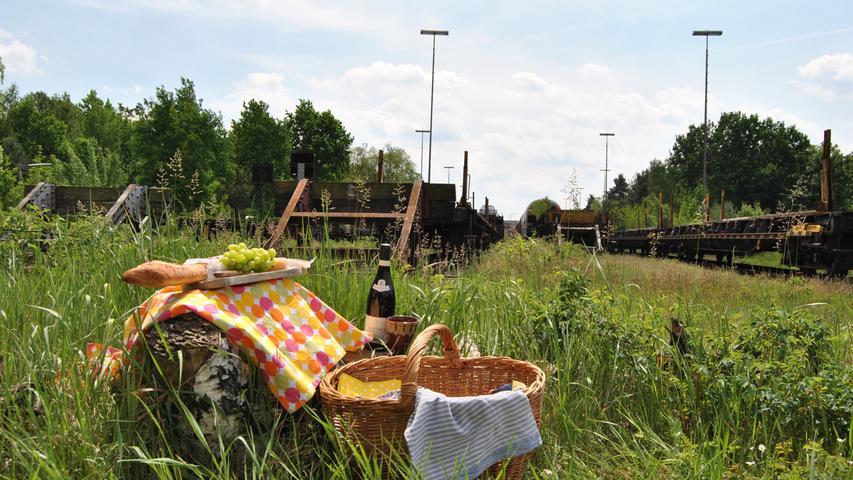 Diese industrieromantische Wildnis wird bald verschwinden. An der Brunecker Straße sollen in den nächsten Jahren die Bauunternehmen anrücken. So lange lässt sich an der Nordspitze des Rangierbahnhofs noch trefflich in Ruhe im Gras sitzen.