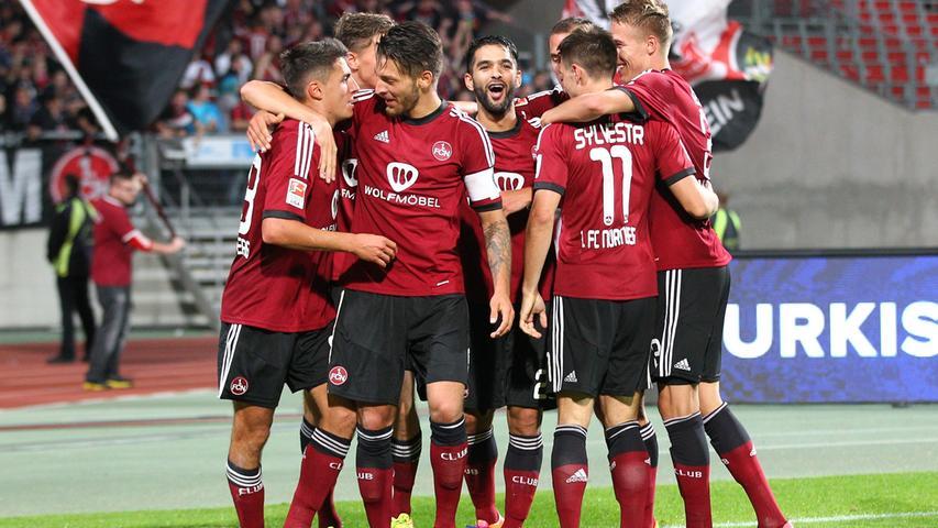 Dort angekommen kriegt der Club wieder einen neuen Hauptsponsor, diesmal ist es die Firma Wolf Möbel, die die Brust des fränkischen Herz-und-Schmerzvereins ziert.