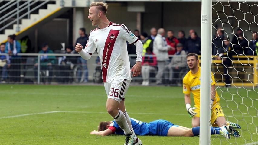 Beim Spiel in Paderborn erzielt Cedric Teuchert sein erstes Tor im Profibereich. Das Auswärtstrikot ist zwar identisch mit dem vom Vorjahr, der Club kämpft sich aber in die Relegation. In der er zwar scheitert, aber immerhin am Aufstieg schnuppern durfte.