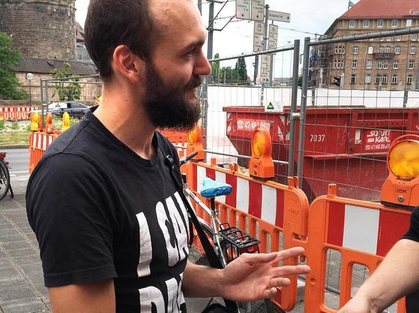 Mudra-Streetworker Martin Kießling verteilt etwas abseits sterile Spritzen an die Fixer.