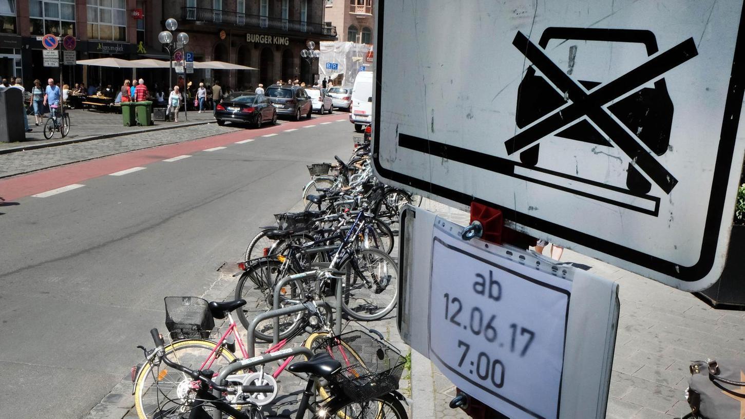 Weniger Parkraum für Autos, mehr Platz für Fahrräder: An der Königstraße hat SÖR Ersatzflächen für Radler geschaffen, die vor dem Hauptbahnhof weichen mussten.