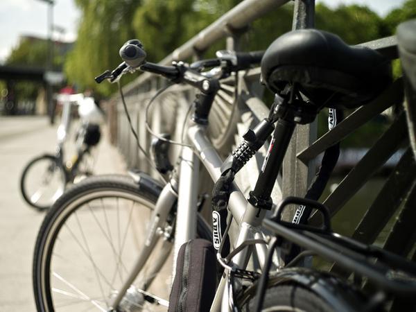 Das Fahrrad sollte an einem fest verankerten Gegenstand angeschlossen werden.