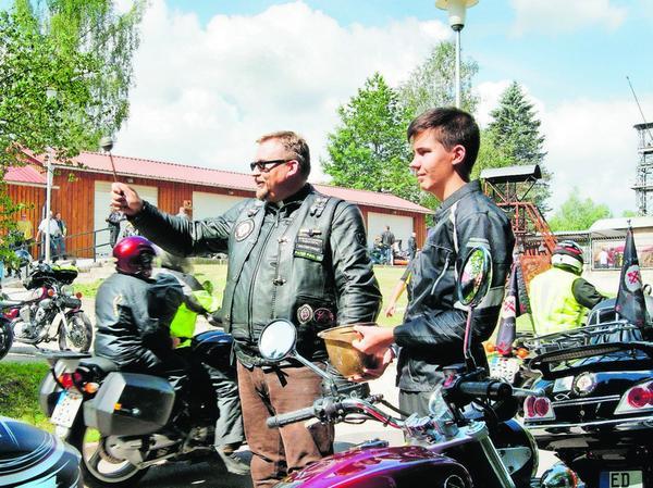 Bei der Anfahrt auf das Maffei-Gelände wurden die ankommenden Zweiräder und die Fahrer mit Weihwasser gesegnet.