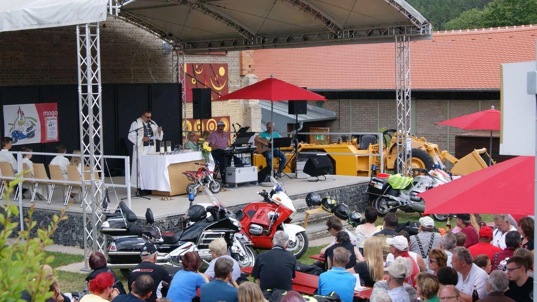 Viele Biker, aber auch Bürger aus Auerbach und dem Umland folgten der Einladung zum Motorradgottesdienst auf dem Freigelände des Bergbaumuseums Maffeischächte.