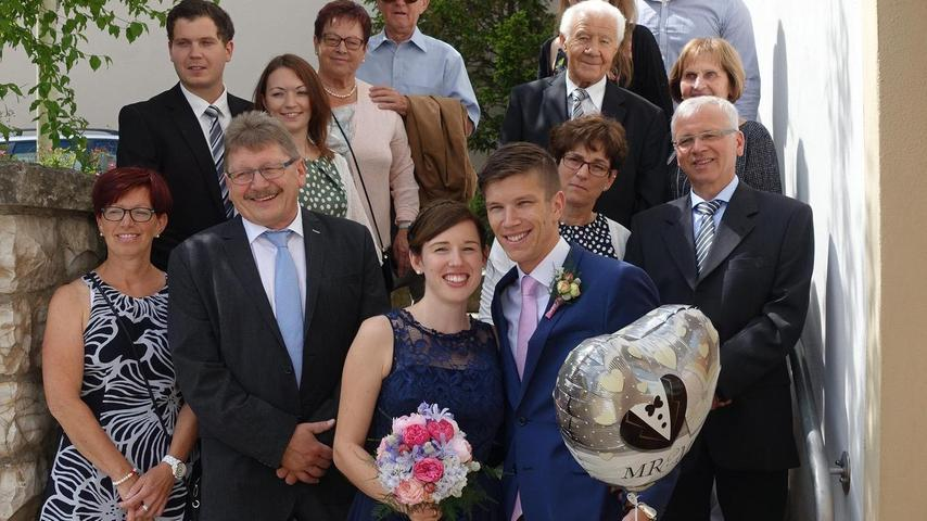 Am Standesamt in Lauterhofen gaben sich Peter Seitz und Magdalena Schwarz das Jawort für ein gemeinsames Leben. Bürgermeister Ludwig Lang besiegelte den Ehebund im historischen Rathaussaal. Kennengelernt haben sich die beiden im Jahr 2012 in Neumarkt, wo sie auch gemeinsam wohnen. Die 29-jährige Braut stammt aus Wolfsegg bei Regensburg und ist in der Personalabteilung eines Lebensmittelunternehmens beschäftigt. Der ebenfalls 29-jährige Bräutigam kommt ursprünglich aus Lauterhofen und arbeitet als Betriebswirt bei einer Versicherung. Eine Woche nach der standesamtlichen Trauung findet im Heimatort der Braut in Wolfsegg die kirchliche Trauung statt. Anschließend führt die Hochzeitsreise das frisch vermählte Paar nach Indonesien auf die Insel Bali. Zur Hochzeitsfeier nach dem Standesamt ging es in den Gasthof Sammüller in Neumarkt.