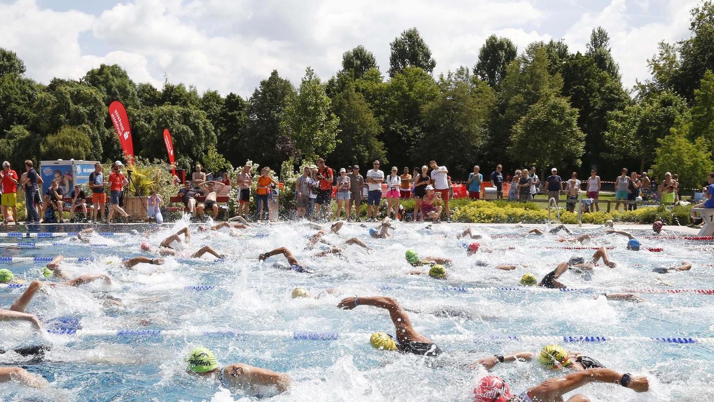 Die Teilnehmer brachten das Wasser im Becken zum Schäumen.