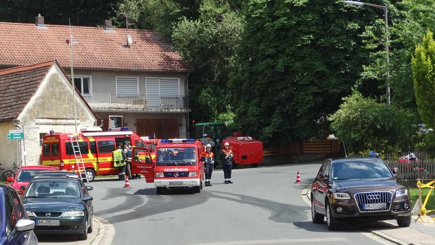 Brand Weihenzell Bergstr., Scheunenbrand greift auf Dachstuhl des Wohnhauses über, 3 Personen leicht verletzt, 18.06.2017, ToMa/Grau