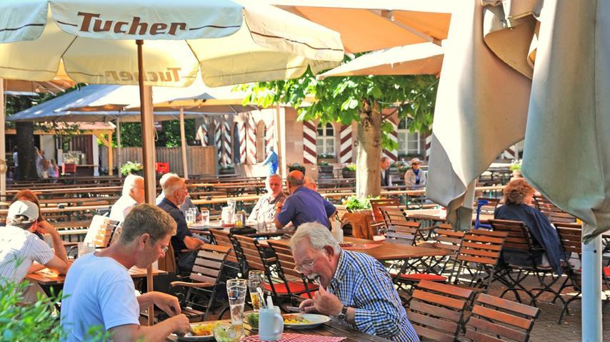 Beim Tucherhof lässt sich Tradition hautnah erleben. Sei es das urige Gasthaus oder der Biergarten, hier kann man entspannen und genießen. Mit ausreichend Parkplätzen ausgestattet, wird die Anfahrt so leicht wie möglich gemacht. Zudem gelangt man mit dem Bus bis zur Haltestelle