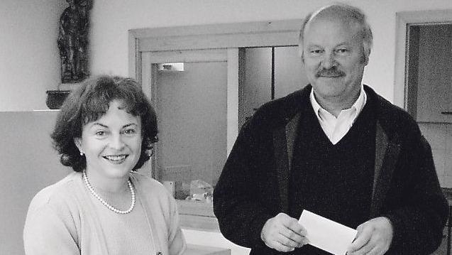 Marlene und Siegfried Mortler bei der gemeinsamen Stimmabgabe 2002. Mit 67 Jahren starb Siegfried Mortler nun völlig unerwartet an einem Herzinfarkt.