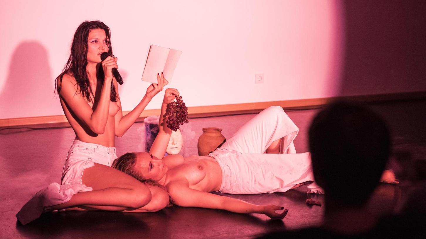 """Verwandlungskünstlerin und nackte Oberkörper: Alva Morgenstern im """"Kreuz + Quer"""" (links) und """"Wishing Well"""" von Ernestyna Orlowska und Tanja Turpeinen im Kunstmuseum."""