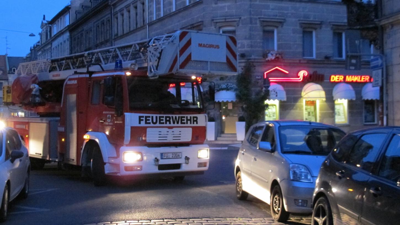 Testfahrt durch die westliche Innenstadt: Weil Autos zu nah am Einmündungsbereich stehen, muss die Feuerwehr immer wieder rangieren, um um Kurven zu kommen.
