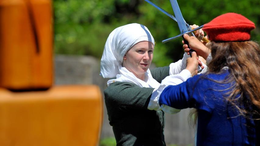 Motiv:Bürgerfest auf der Cadolzburg..Kalender, Schwertkampf..Foto:André De Geare..Datum:240617