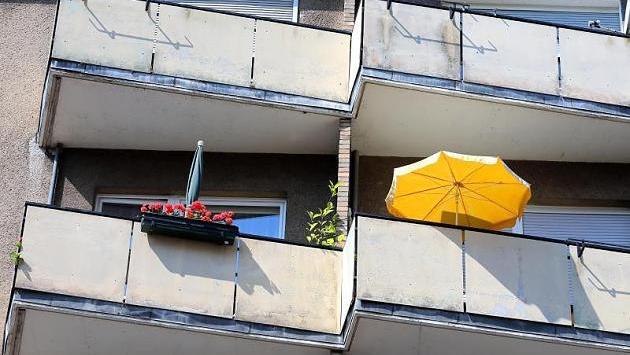 Auf dem Balkon kann es gemütlich sein - so lange man sich freiwillig dort aufhält. Eine 52-Jährige hat sich in Amberg laut Polizei kalte Füße geholt, weil sie ausgesperrt war.