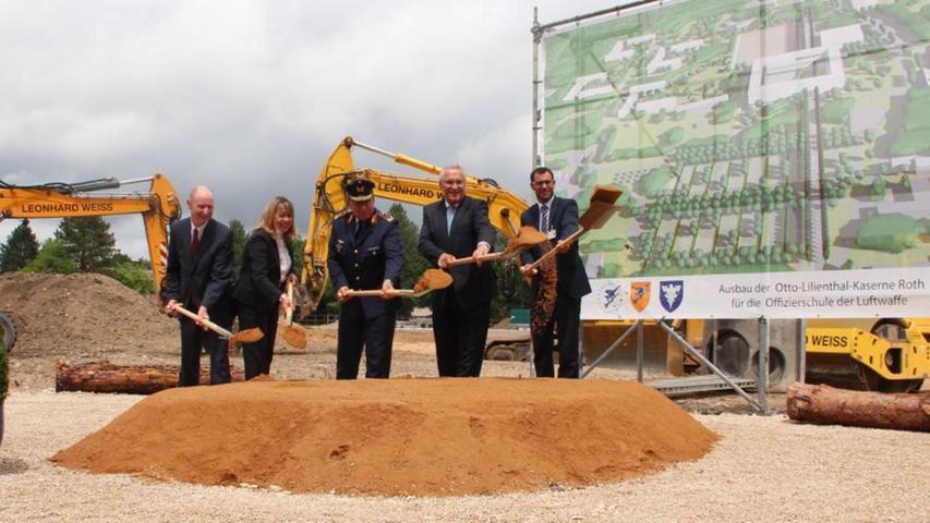 Innenminister Joachim Herrmann (Zweiter von rechts) und Bürgermeister Ralph Edelhäußer (rechts) schippen für den Neubau der Offiziersschule. 2021 soll sie in Betrieb genommen werden.