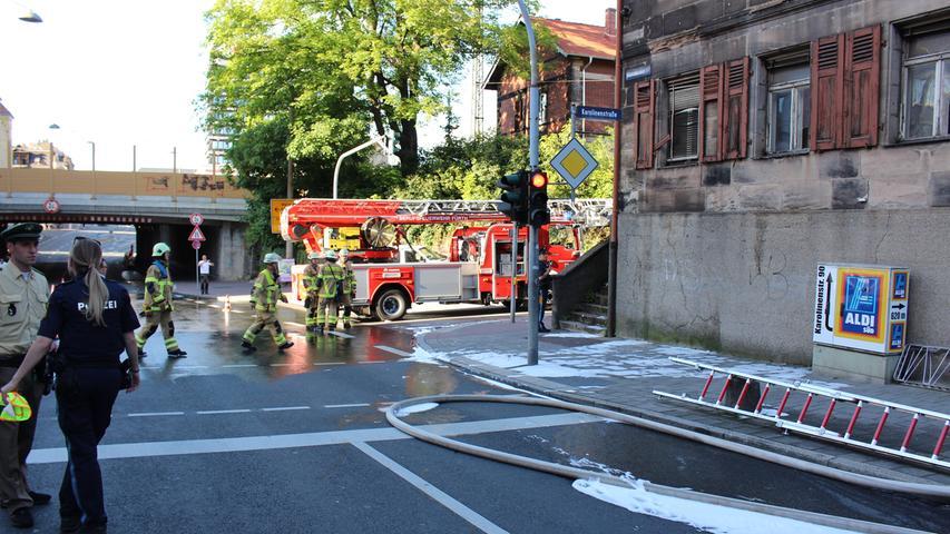 Bereits aus den Fenstern schlugen die Flammen, als die Feuerwehr am Freitagabend (30.06.2017) in der Schwabacher Stra§e in FŸrth eintrafen. Im Erdgeschoss war der Brand ausgebrochen, der sich schnell auf das 1. Obergeschoss ausbreiten konnte. Die Feuerwehr ging von mehreren Seiten sowie im Innenangriff gegen die Flammen vor. Der Einsatz wird sich Ÿber lŠngere Zeit hinziehen, da sich im GebŠudeinneren noch zahlreiche Glutnester befinden. Verletzt wurde glŸcklicherweise niemand. Die Einsatzstelle hatte bereits vor Ÿber einem Jahr mediale Bedeutung. Damals fand man hier die Leiche eines Obdachlosen, der einem Tštungsdelikt zum Opfer gefallen war. Foto: NEWS5 / Schmelzer