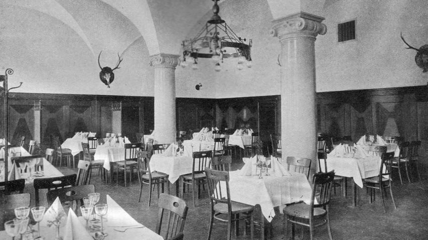So sah vor rund 100 Jahren die Gaststätte des Künstlerhauses aus: Schon damals fand manch einer die Hirschkopf-Lampen recht befremdlich.