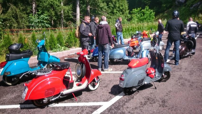 Am nächsten Tag startet die Gruppe mit ihren Rollern zum Timmelsjoch.