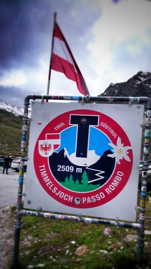Der Pass zwischen Tirol und Südtirol gilt mit 2509 Höhenmetern als einer der höchsten der Alpen. Die Luft ist schon so dünn, dass die Roller fetter gefahren werden müssen als sonst.