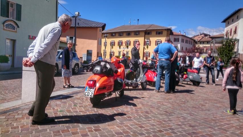 Dann endlich die große Tour an den Gardasee. Nach dem Gampenpass geht´s ins trentinische Fondo - plötzlich ist man nach Südtirol auf einer richtigen italienischen Piazza, die Bewohner bestaunen die Rollergruppe aus Franken.