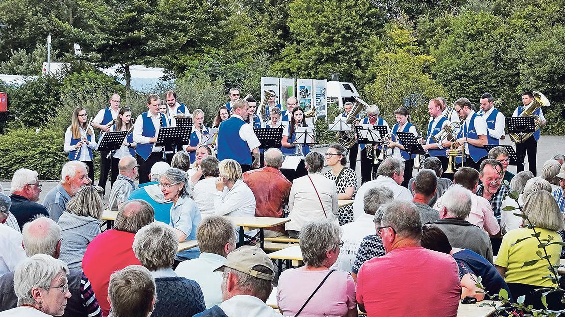 Zur Musik der Stadtkapelle feierten Bürger und Besucher den zehnten Geburtstag des Stellplatzes.