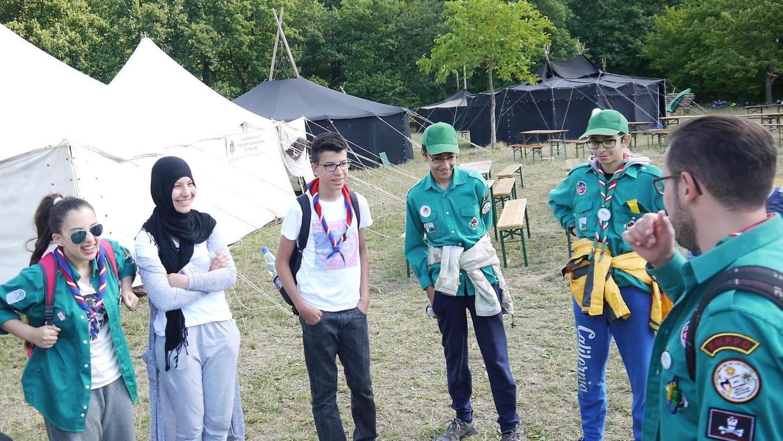 Eine grüne Unifom, eine ethische Grundlage in den Lehren des Koran und gelegentlich ein Kopftuch: Ansonsten unterscheiden sich die muslimischen Pfadfinder nicht von den christlichen Stämmen.