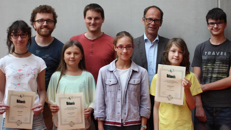 Bernhard Schiffer, Schulleiter des Willibald-Gluck-Gymnasiums, hatte die Aufgabe, einigen Schülern für ihre Erfolge bei mathematischen Wettbewerben Glückwünsche auszusprechen und Urkunden zu überreichen.
