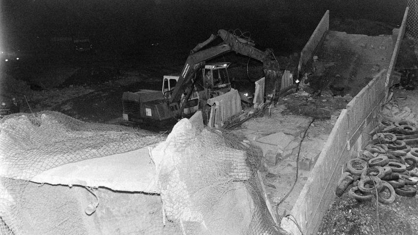 """Zwei alte Förderbrücken des ehemaligen Pegnitzer Bergwerks """"Kleiner Johannes"""" sind vor 40 Jahren als letzte größere Relikte des Bergbaus in Pegnitz endgültig beseitigt worden. Sprengmeister Heinrich Hack, der sein Können vorher schon an Kaminen in der KSB und in Bronn sowie an der Bahnbrücke in Mosenberg unter Beweis gestellt hatte, legte die beiden Ungetüme kurzerhand mit 32 Kilogramm Sprengstoff flach. Vorher waren die Bahngleise nach dem Passieren des letzten Zugs um 1.11 Uhr mit Schotter und alten Autoreifen abgedeckt worden. Im Einsatz waren außerdem der Beleuchtungstrupp des THW und Bayerns größter fahrbarer Kran mit vollen 100 Tonnen Tragkraft und einem Ausleger von über 50 Metern Länge."""