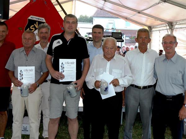 Seit Jahrzehnten für den TSV Röttenbach engagiert: Ludwig Wahl zeichnete Johann Amon für 60 Jahre, Georg Baumüller für 50 Jahre und Michael Warter für 40 Jahre Treue aus.