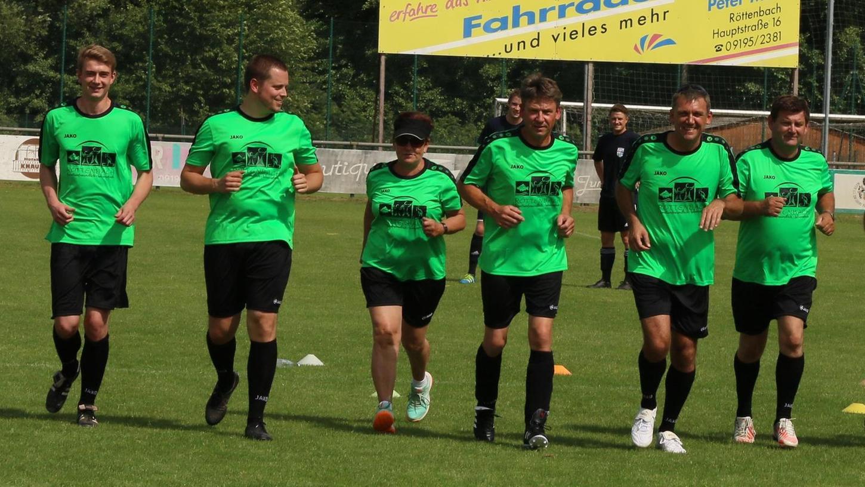 Die Bürgermeister-Mannschaft um Ludwig Wahl macht sich warm für die Begegnung mit dem Feuerwehr-Team. Das Spiel endete mit Elfmeter-Schießen mit 3:2 für die Rothelme.