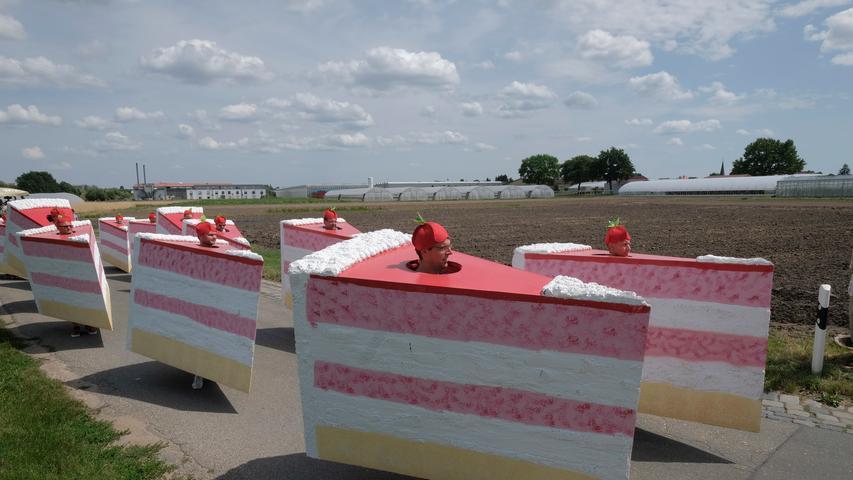 XXL-Torten treffen auf Tradition: Bilder vom Kärwa-Umzug in Almoshof