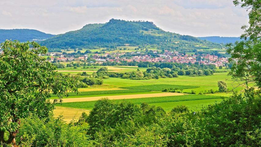 Wenig originell, den fränkischen Berg der Berge zu erwähnen? Von wegen: Das Walberla kommt nie aus der Mode. Im Sommer, wie zu sehen, ist die Ehrenbürg besonders märchenhaft.