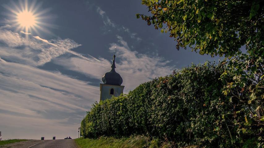 Wanderer, kommst du nach Reifenberg... In unmittelbarer Nachbarschaft zum Walberla trohnt die Vexierkapelle am Burgstall über der Fränkischen Schweiz.